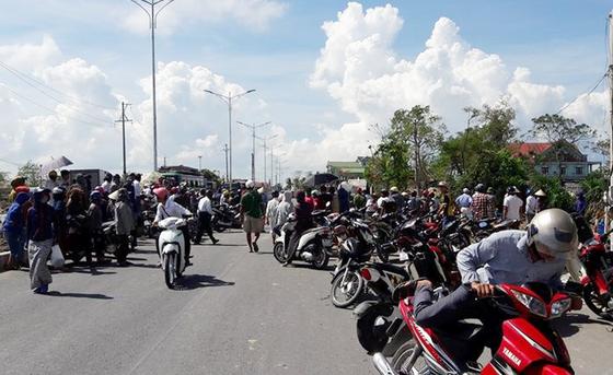 Người dân vây xe chở hải sản bốc mùi hôi thối, quốc lộ 1A ách tắc nhiều giờ ảnh 5