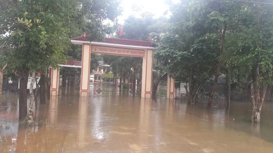Hà Tĩnh: Giao thông chia cắt, hàng trăm nhà dân bị ngập lụt ảnh 1
