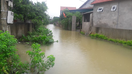 Hà Tĩnh: Giao thông chia cắt, hàng trăm nhà dân bị ngập lụt ảnh 2