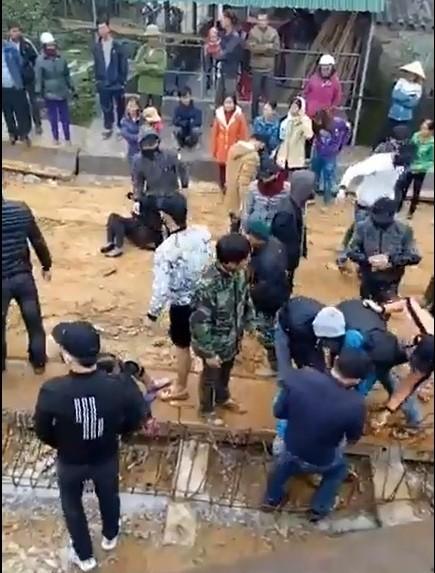Hàng chục thanh niên bịt khẩu trang giằng co với người dân ngăn cản thi công cầu ảnh 1