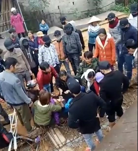 Hàng chục thanh niên bịt khẩu trang giằng co với người dân ngăn cản thi công cầu ảnh 2