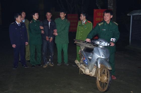 Bắt đối tượng vận chuyển 8.000 viên ma túy tổng hợp ở biên giới Hà Tĩnh ảnh 2