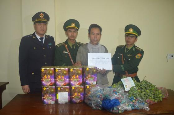 Bắt đối tượng ngụy trang chở rau củ quả để chở thuốc phiện, pháo nổ từ Lào vào Việt Nam  ảnh 1