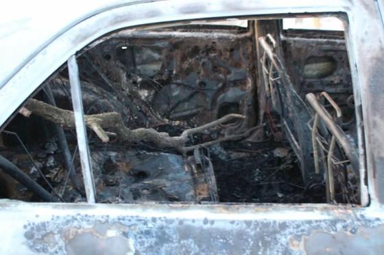 Ô tô đang lưu thông trên đường thì bất ngờ bị bốc cháy trơ khung ảnh 4