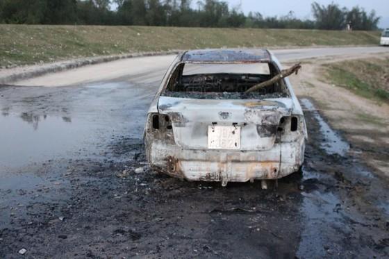 Ô tô đang lưu thông trên đường thì bất ngờ bị bốc cháy trơ khung ảnh 2
