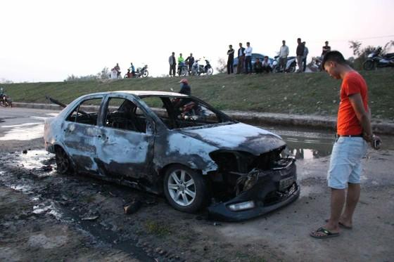 Ô tô đang lưu thông trên đường thì bất ngờ bị bốc cháy trơ khung ảnh 3