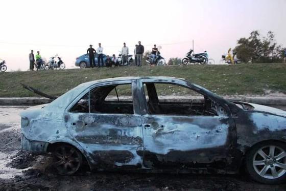 Ô tô đang lưu thông trên đường thì bất ngờ bị bốc cháy trơ khung ảnh 1