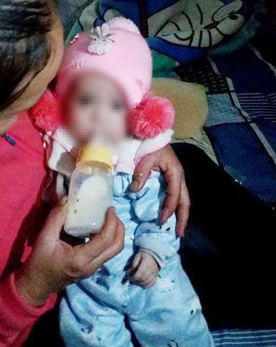 Phát hiện bé gái khoảng 4 tháng tuổi bị bỏ rơi trước cổng nhà ảnh 1
