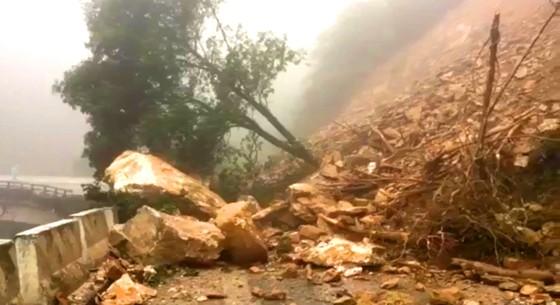 VIDEO: Sạt lở nghiêm trọng trên Quốc lộ 8A ở Hà Tĩnh ảnh 1