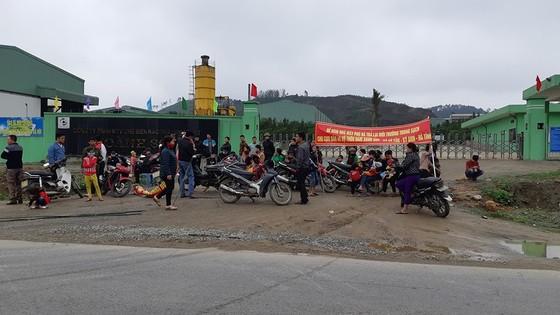 Người dân mang bẫy dính ruồi nhặng đến trước cổng nhà máy rác để phản đối ô nhiễm ảnh 2