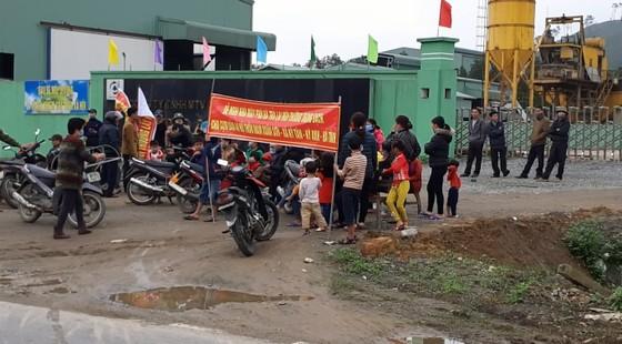 Người dân mang bẫy dính ruồi nhặng đến trước cổng nhà máy rác để phản đối ô nhiễm ảnh 1