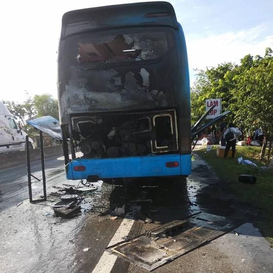 Xe khách giường nằm bốc cháy dữ dội, hàng chục hành khách tháo chạy  ảnh 2
