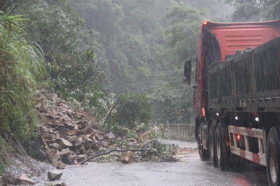 Giúp dân khắc phục, sửa chữa lại nhà cửa sau lốc xoáy ở Hà Tĩnh ảnh 4
