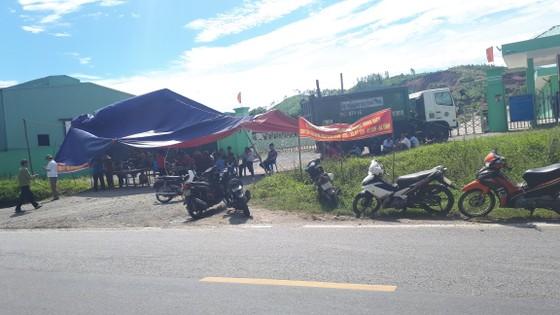 Dân mang bẫy dính ruồi, dựng rạp trước cổng nhà máy xử lý rác để phản đối ô nhiễm ảnh 3