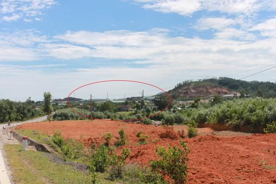 Dân mang bẫy dính ruồi, dựng rạp trước cổng nhà máy xử lý rác để phản đối ô nhiễm ảnh 5