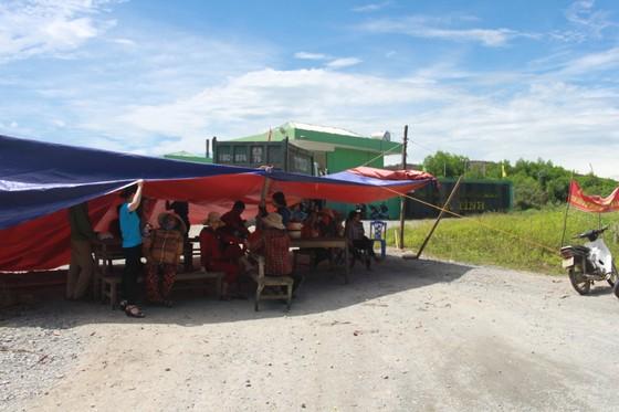 Dân mang bẫy dính ruồi, dựng rạp trước cổng nhà máy xử lý rác để phản đối ô nhiễm ảnh 1