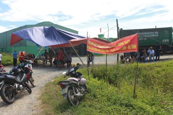 Dân mang bẫy dính ruồi, dựng rạp trước cổng nhà máy xử lý rác để phản đối ô nhiễm ảnh 2
