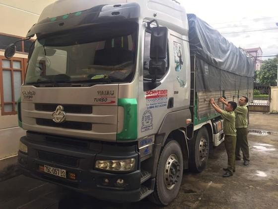 Bắt giữ xe tải vận chuyển hơn 400 chai rượu lậu  ảnh 1