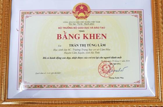 Bộ trưởng Bộ GD-ĐT tặng bằng khen cho nữ sinh có hành động cao đẹp ảnh 1