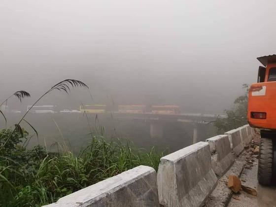 Clip: Quốc lộ 8A lên cửa khẩu quốc tế Cầu Treo bị ách tắc do sạt lở đất đá ảnh 7
