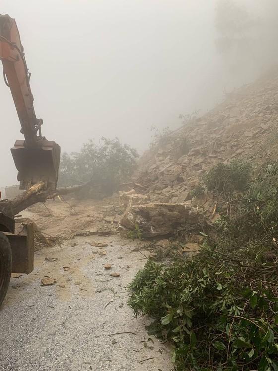 Clip: Quốc lộ 8A lên cửa khẩu quốc tế Cầu Treo bị ách tắc do sạt lở đất đá ảnh 3