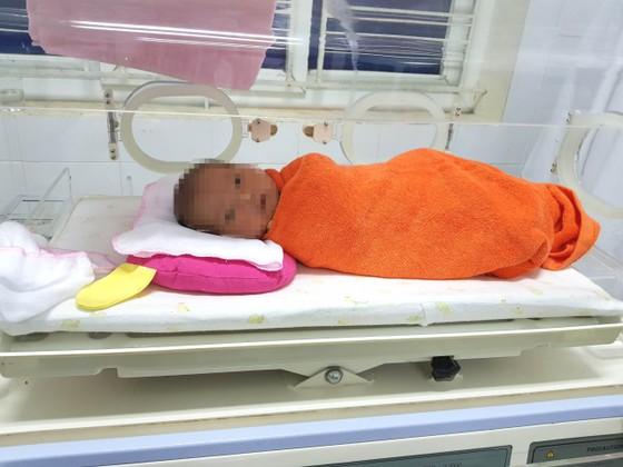 Một bé gái sơ sinh nặng 3kg bị bỏ rơi tại bệnh viện  ảnh 1