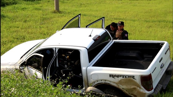 Tìm thấy khẩu súng ngắn, dao, lựu đạn của nhóm đối tượng cố thủ trong xe ô tô ảnh 2