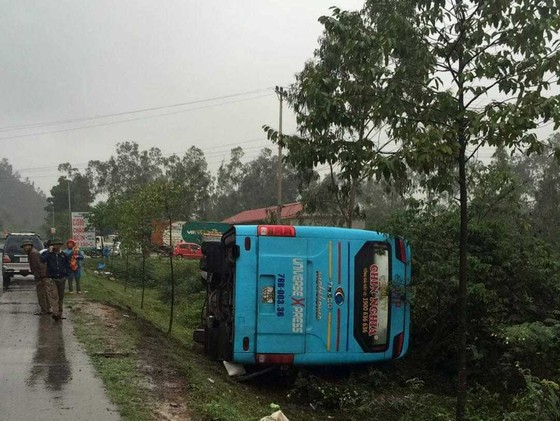 Xe khách né xe tai nạn, bị lật nghiêng, nhiều hành khách may mắn thoát nạn ảnh 1