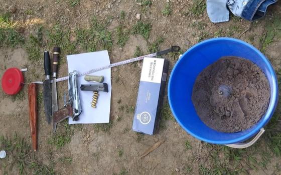 Khởi tố đối tượng vận chuyển ma túy ôm súng, lựu đạn cố thủ trong ô tô ảnh 1
