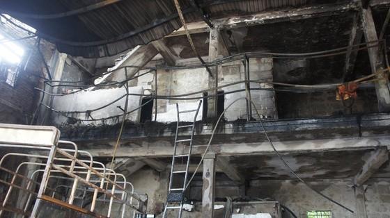 Cháy lớn xưởng làm lốp, nhiều tài sản cùng ô tô bị thiêu rụi ảnh 1