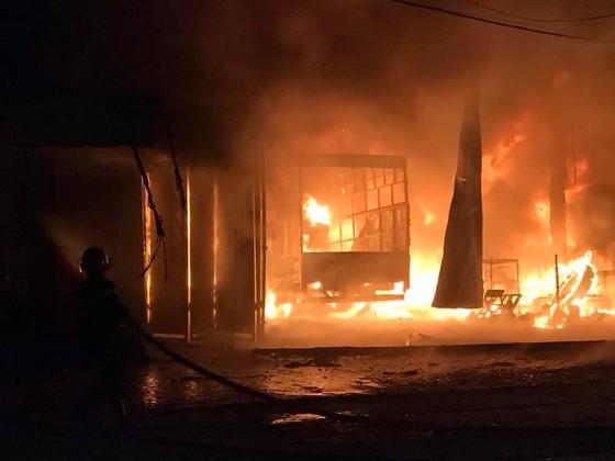 Cháy lớn xưởng làm lốp, nhiều tài sản cùng ô tô bị thiêu rụi ảnh 6