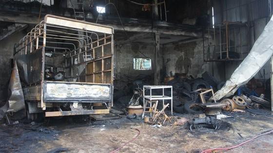 Cháy lớn xưởng làm lốp, nhiều tài sản cùng ô tô bị thiêu rụi ảnh 2