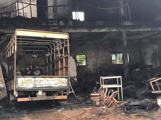 Cháy lớn xưởng làm lốp, nhiều tài sản cùng ô tô bị thiêu rụi ảnh 7