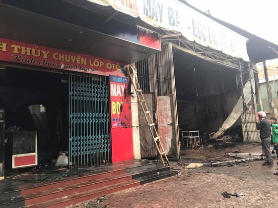Cháy lớn xưởng làm lốp, nhiều tài sản cùng ô tô bị thiêu rụi ảnh 11