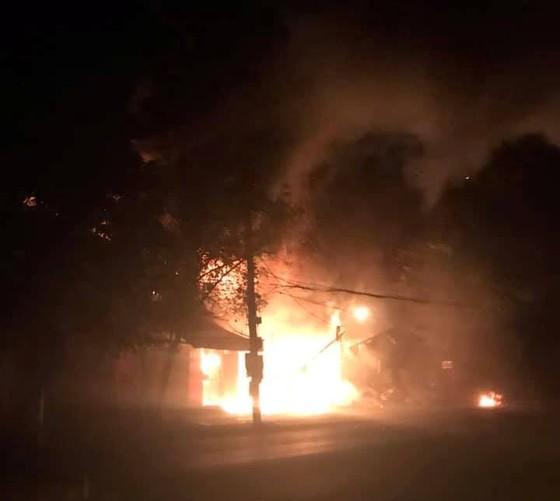 Cháy lớn xưởng làm lốp, nhiều tài sản cùng ô tô bị thiêu rụi ảnh 5