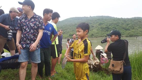 """Hàng ngàn người dân nô nức tham gia lễ hội đánh cá """"độc nhất"""" ở Hà Tĩnh ảnh 9"""