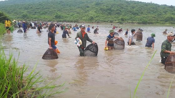 """Hàng ngàn người dân nô nức tham gia lễ hội đánh cá """"độc nhất"""" ở Hà Tĩnh ảnh 4"""