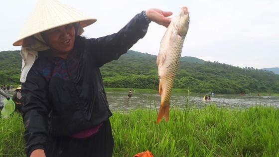 """Hàng ngàn người dân nô nức tham gia lễ hội đánh cá """"độc nhất"""" ở Hà Tĩnh ảnh 2"""