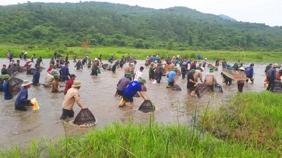 """Hàng ngàn người dân nô nức tham gia lễ hội đánh cá """"độc nhất"""" ở Hà Tĩnh ảnh 3"""