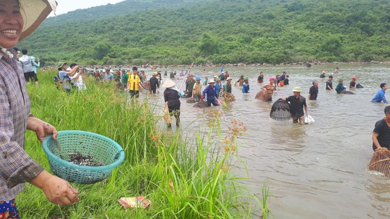"""Hàng ngàn người dân nô nức tham gia lễ hội đánh cá """"độc nhất"""" ở Hà Tĩnh ảnh 16"""
