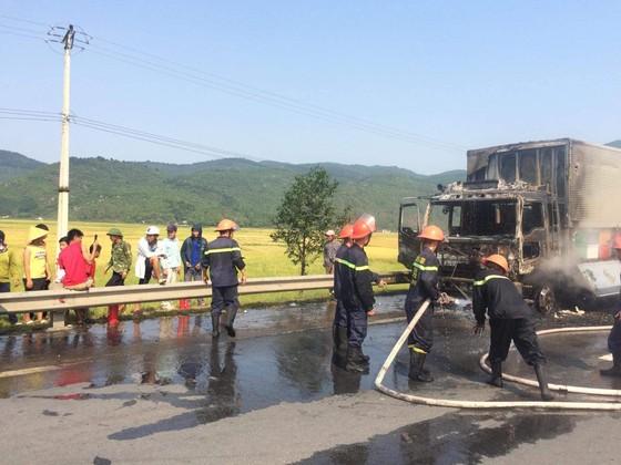 Cabin xe ô tô chở hàng tấn hoa quả bốc cháy ngùn ngụt ở Hà Tĩnh ảnh 2