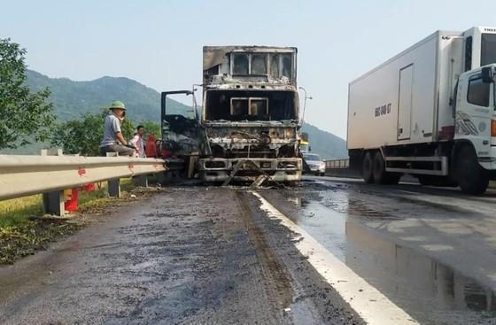 Cabin xe ô tô chở hàng tấn hoa quả bốc cháy ngùn ngụt ở Hà Tĩnh ảnh 1