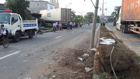 Xe container mất lái đâm vào nhà dân bên đường ảnh 2