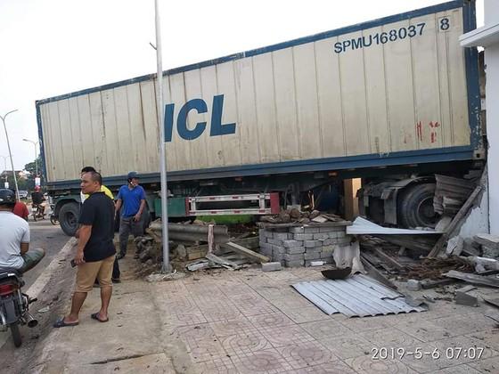 Xe container mất lái đâm vào nhà dân bên đường ảnh 4