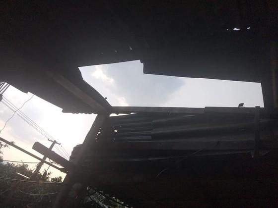 Hà Tĩnh: Bất ngờ xuất hiện mưa kèm lốc xoáy khiến nhiều nhà dân bị tốc mái ảnh 6