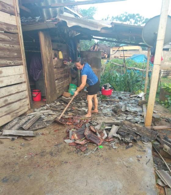 Hà Tĩnh: Bất ngờ xuất hiện mưa kèm lốc xoáy khiến nhiều nhà dân bị tốc mái ảnh 2