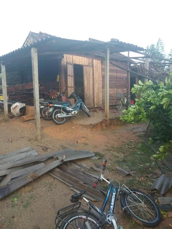 Hà Tĩnh: Bất ngờ xuất hiện mưa kèm lốc xoáy khiến nhiều nhà dân bị tốc mái ảnh 4