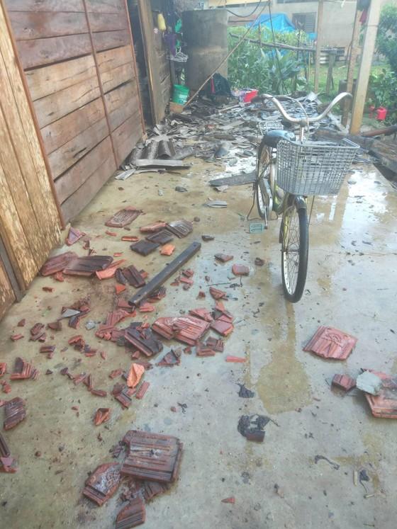 Hà Tĩnh: Bất ngờ xuất hiện mưa kèm lốc xoáy khiến nhiều nhà dân bị tốc mái ảnh 9