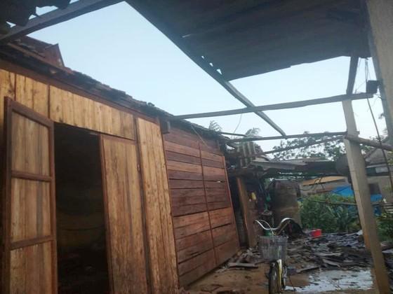 Hà Tĩnh: Bất ngờ xuất hiện mưa kèm lốc xoáy khiến nhiều nhà dân bị tốc mái ảnh 3