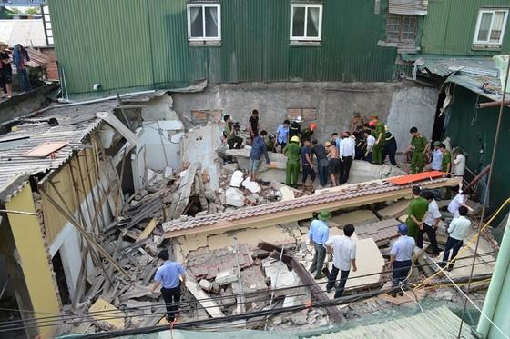 Ngôi nhà 2 tầng đang sửa bị đổ sập, 1 người bị thương nặng ảnh 1